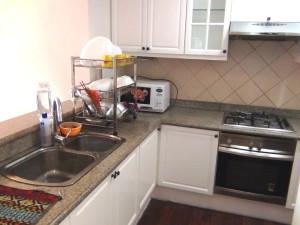 キッチン内の様子「収納スペースは奥の食品庫も含めてたっぷりあります」
