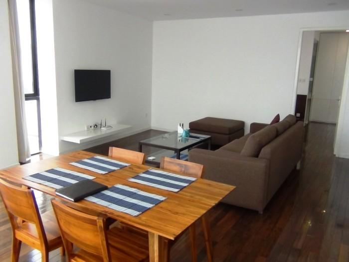 ダークブラウン系のしっくなフローリングにシンプルな家具。飽きが来ないうれしいオーナーのセンスです」