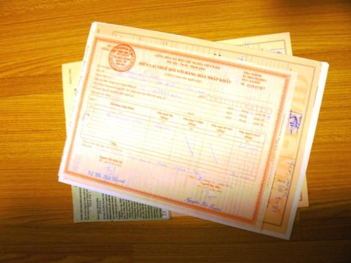 EMS荷物を取りに行く際に提出した書類と、関税を支払った際にいただいた領収書