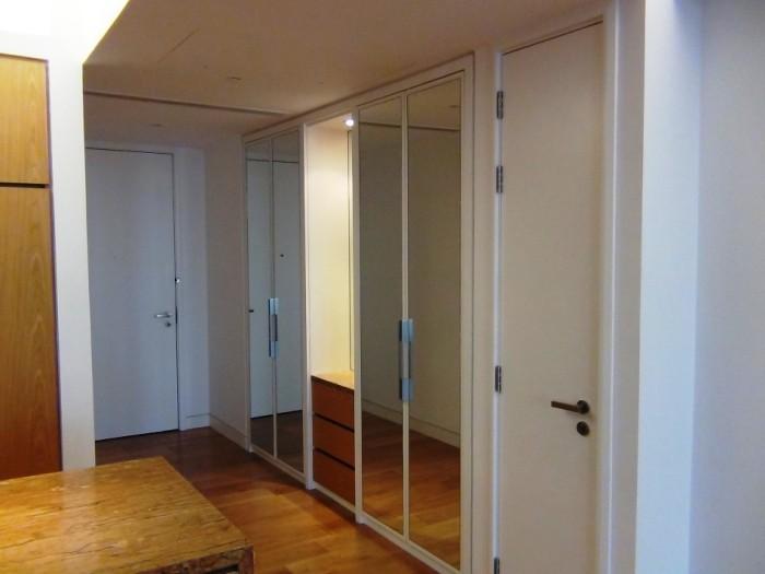 玄関からリビングまでこれだけの収納スペースが並びます