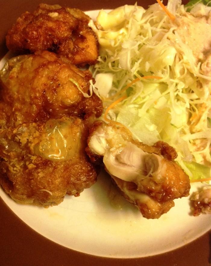 鶏の唐揚げを一口かじると、肉汁たっぷりでジューシーです