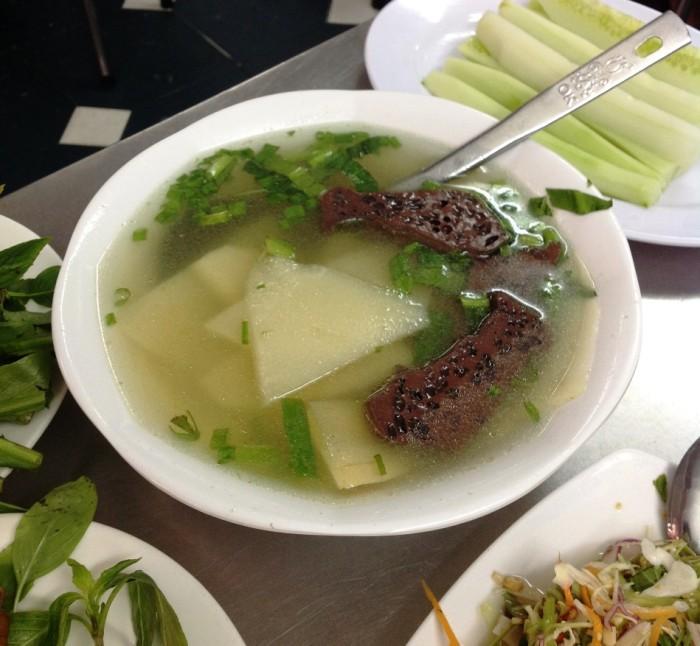 タケノコのスープ。ベトナムの方々はこれをテトに必ず食べますが、あっさり味のスープがアヒル肉料理に良く合います。