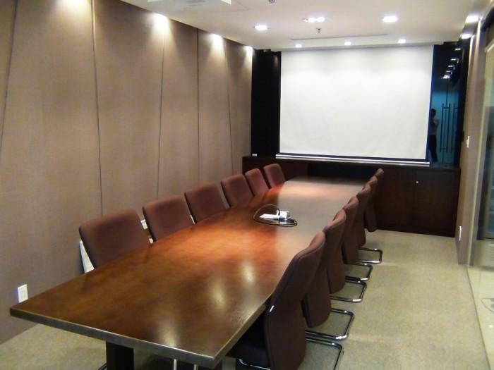 会議室「これくらいのグレードは確保されています」