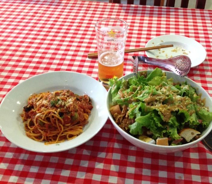 Kim Maの「VOLCANO」のトマトソーススパゲティと特製野菜サラダ