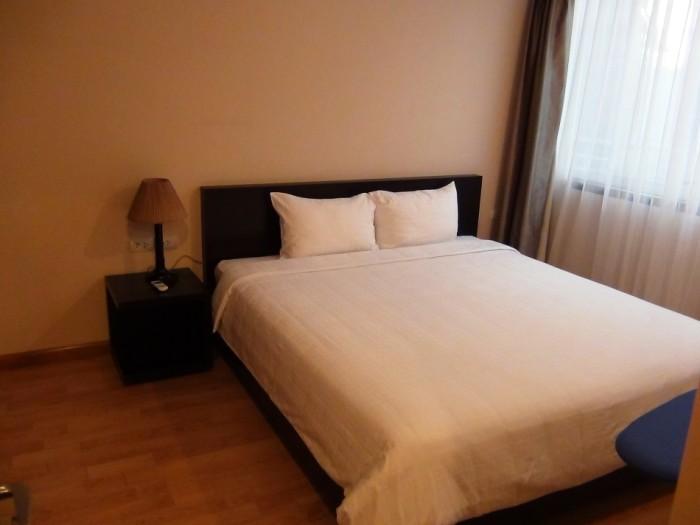 遮光カーテン付きのベッドルーム「締め切れば静かな空間になります」