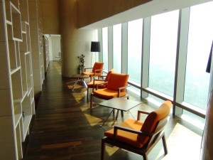 壁面は全て総ガラスなのでとっても明るいスペースです