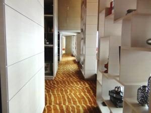 38階共用スペースの廊下です「天井が高く静かなリラクゼーションスペースです」