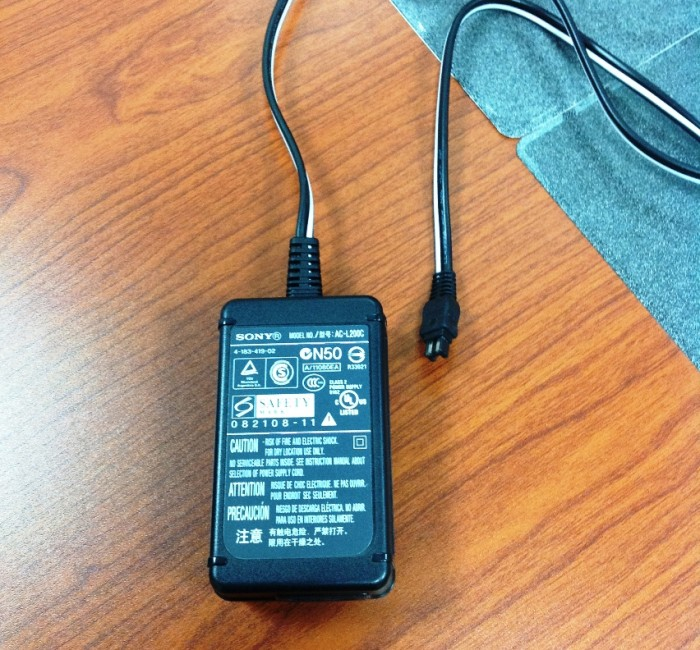 日本から持って来た電化製品(パソコンやビデオカメラなど)に必ず付属するアダプター「この電圧許容範囲が220Vならベトナムで使えます」