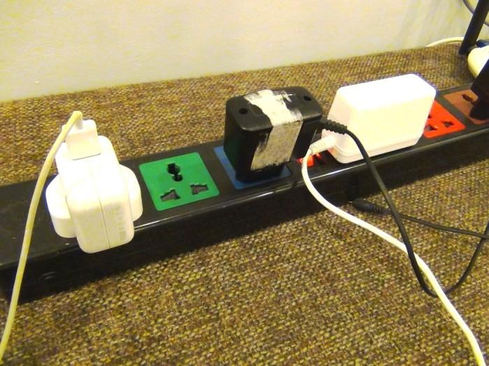 全ての電気コードの差し込み口を受け止めることができる延長コードはベトナムの電気屋さんで売っています