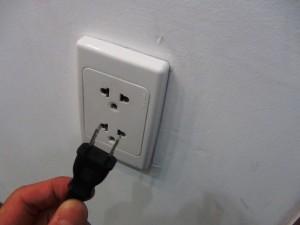 日本の電気コンセントでもベトナムの電源コンセントに差し込むことはできます
