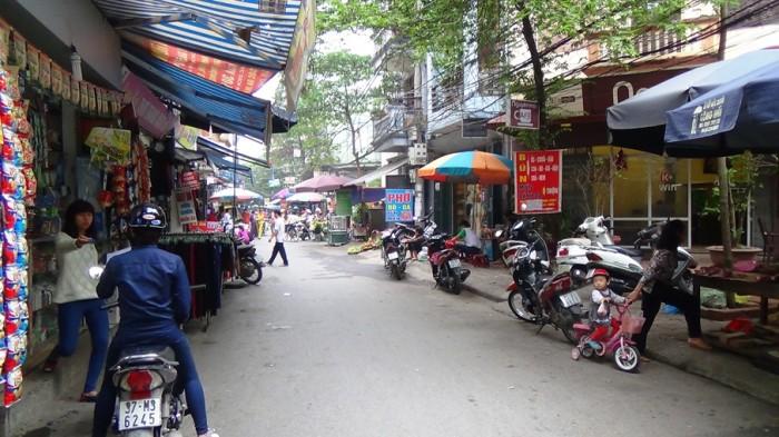 路地沿いに建ち並ぶローカル店の数々
