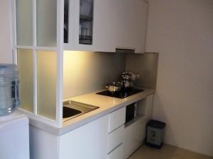 キッチンの様子「白を基調にした使いやすい台所です」