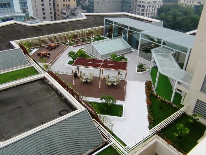 屋上庭園とフィットネスジムの様子