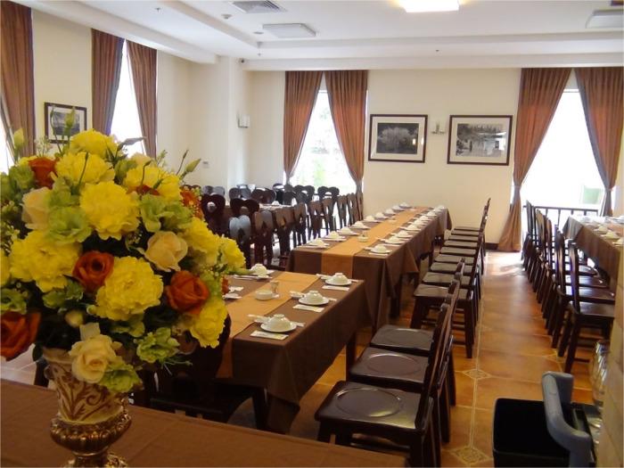 Restaurant「NGU VIEN」の店内「団体様から個人様向けのテーブル席まで備えています」