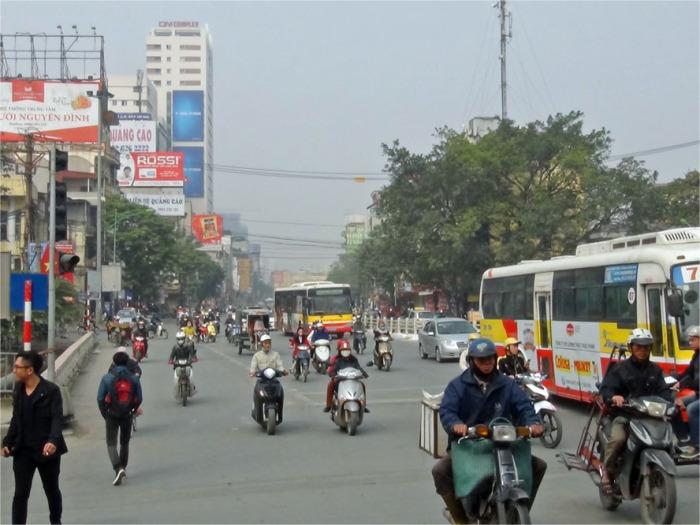 アパートが入るCTM Buildingの前のCau Giay通り「Kim Maへ出る最短の道です」