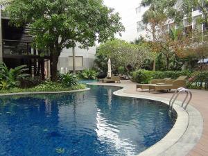 Fraser Suites敷地内のプール「プールサイドにはいつもお子様連れのご家族で賑わっています」