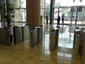 オフィス入り口はLOTTE Mart横「カードキーで入場した瞬間最短で運ぶエレベーターを指し示すシステムです」