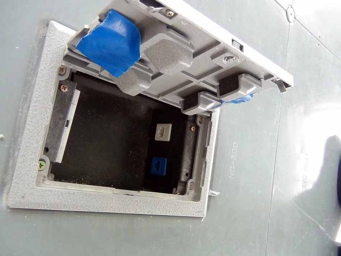 蓋を開ければLANケーブルの口が準備されています