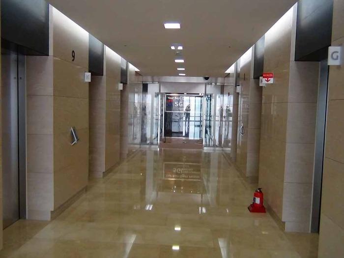 1フロアに12基のエレベーターが配備されています