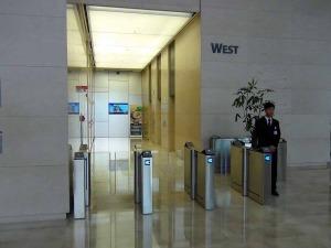 オフィスの入り口はWEST棟EAST棟の2手に分かれています