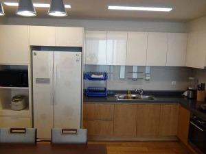 冷蔵庫は1ベッドルームでもこの大きさです