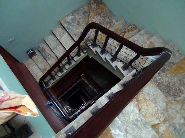 建物の中心部にらせん状の階段があります。エレベーターは付いていません