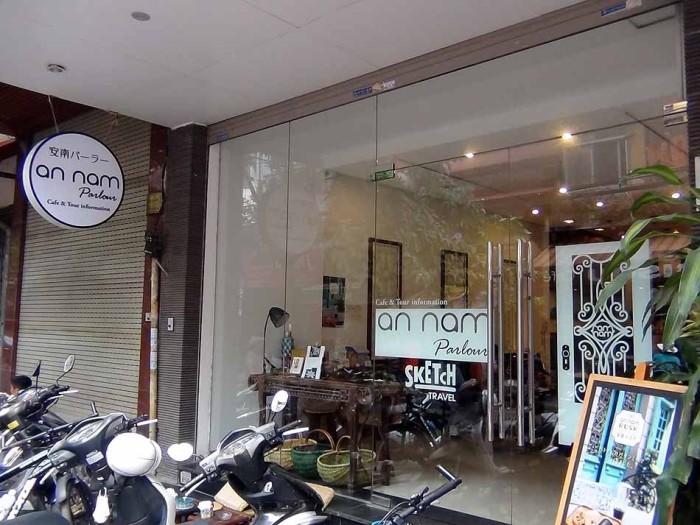 外国人観光客もたくさんいる旧市街Hang Vai通りに安南パーラーはあります