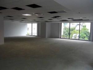 床はフラットなコンクリート、天井はエアコンとスプリンクラー配管が仕上がっています