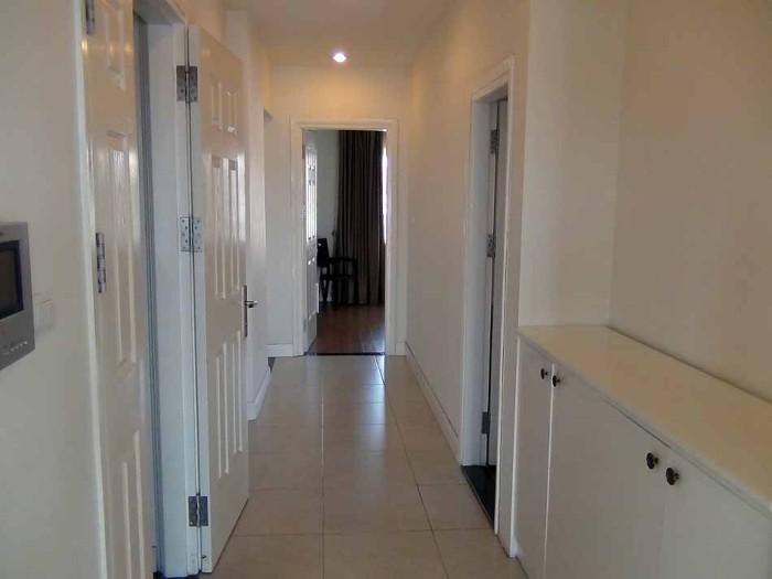 部屋の真ん中に玄関扉があり、ベランダ側にリビングダイニング、その反対側がベッドルームという分かり易い構造です