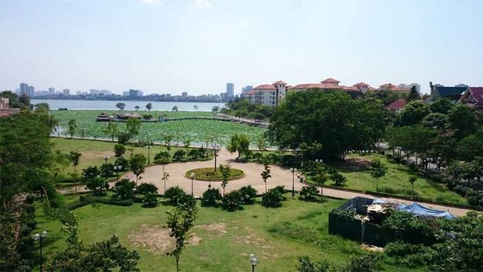 アパートのベランダから見た眺め「Sedona Suitesを遠くに公園緑地と蓮池が眼前に広がって気持が良いです」