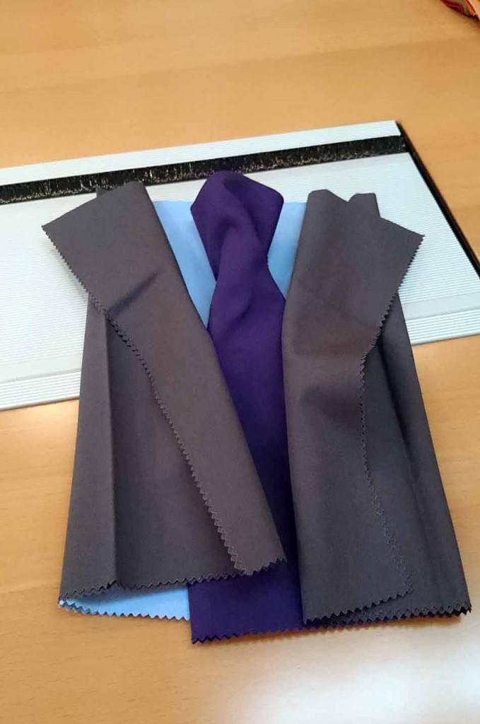 服の素材感を感じることのできるアイテムを使いながら、ベストな組み合わせを探ってくれます