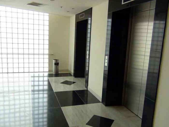 エレベーターホールはいつも掃き清められています