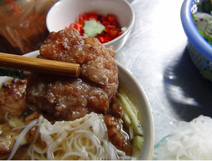 Tongおばさんが心を込めて焼いた豚肉が美味い!