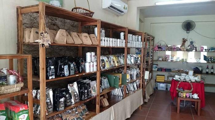こじんまりとした部屋にオーガニック製品が並んでいます「主にコーヒー、紅茶がメインです」