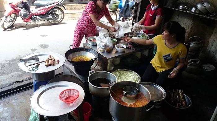 活気のあるBun Cha(ブンチャー)店「女性はよく働きます」