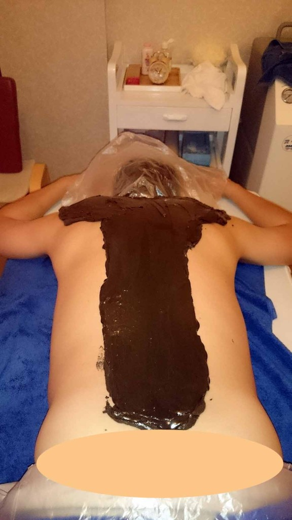 まず背中全体をオイルマッサージしてからクレー(泥)を塗ります