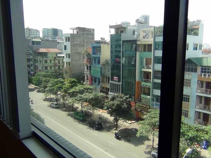 窓の外はベトナムローカル食が豊富にある料理屋さんが並んでいます