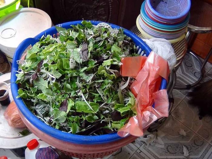 おばちゃんに頼めば何杯でもおかわりできるベトナム野菜