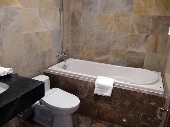 INAXさんのバスタブとTOTOさんの洗面・トイレです