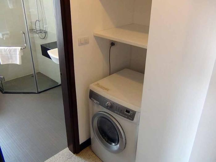 乾燥機能付き洗濯機は当たり前に装備されています「上の棚も入居者のリクエストが多いことから標準棚となりました」