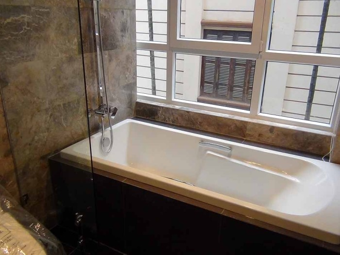 バスルームはゆったりとしたスペースに明るい設計です