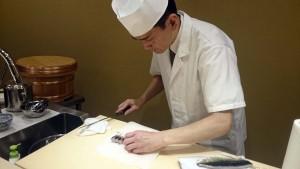 魚を捌くのは宇田川さんの仕事です