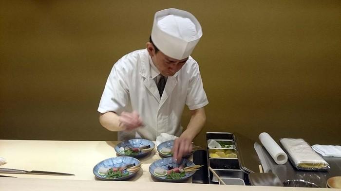 お造りをお皿に盛りつける宇田川さん