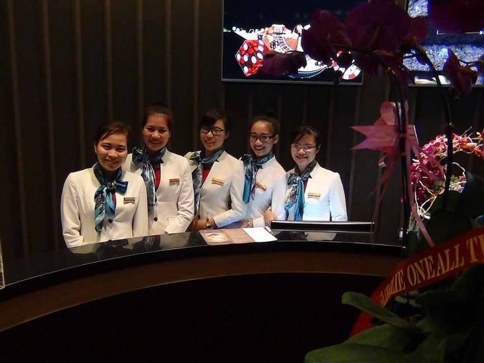 受付ホール係の女性達