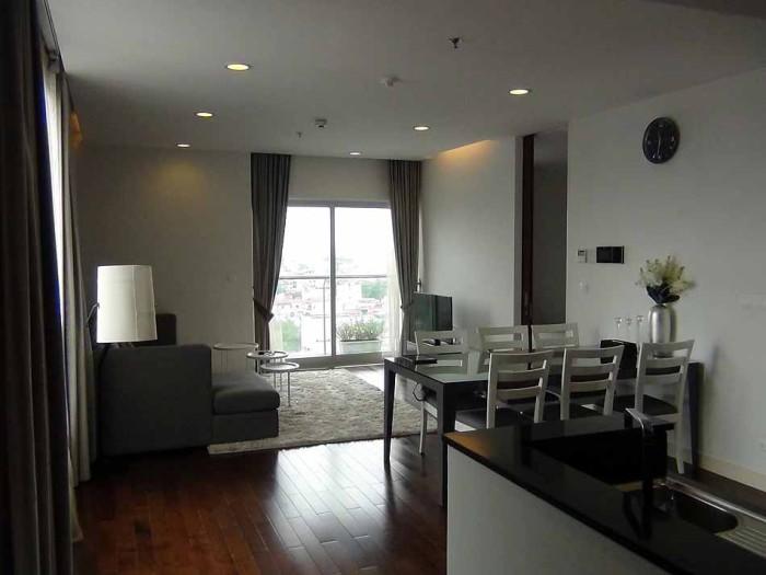 11階の2bed「家具の色調がシルバー系でメタルチックです