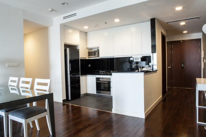 玄関からは死角になるキッチン「動線が使い易い2bed(118㎡)のキッチンです」