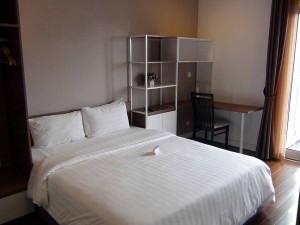 ベッドルームの空いたスペースを上手く利用した机と棚