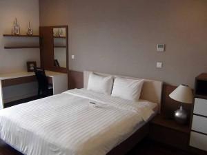 メインベッドルーム脇のサイズに合わせた家具がオーダーメイドで設置されています
