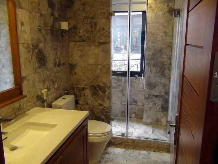 綺麗にシャワー、便器、洗面が並んでいます