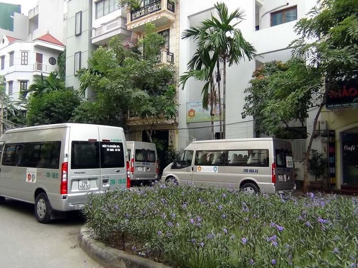 園の前にいつも並んでいるスクールバス「5台で回しています」